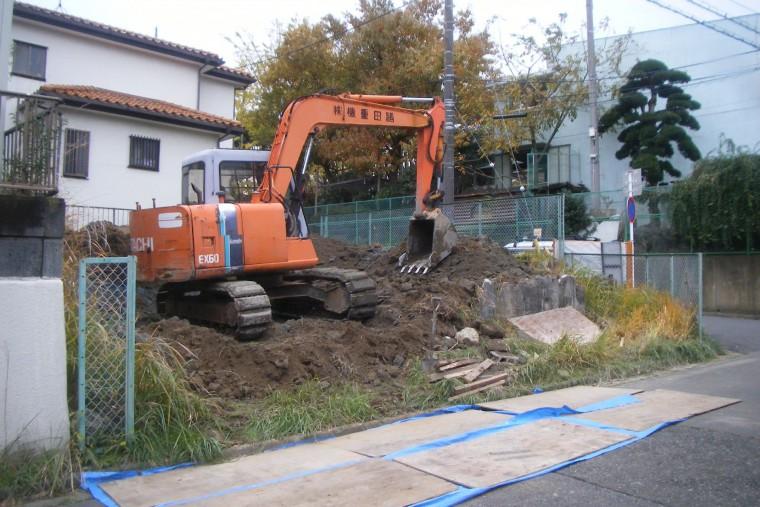 土を掘り起こすユンボ